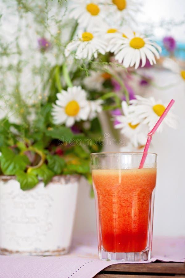 Клубника, апельсин и яблоко свежие в стекле с выровнянной соломой стоковое изображение rf