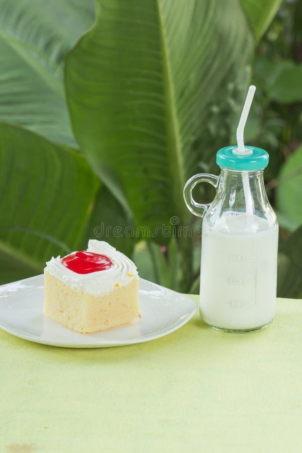Клубника и парное молоко торта стоковая фотография