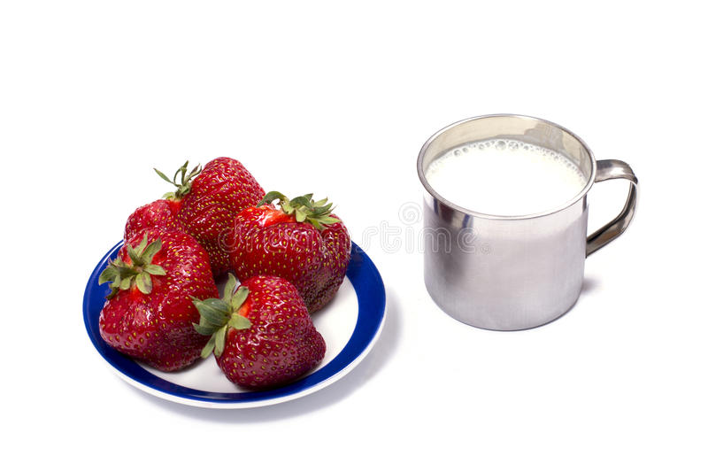 Клубника на поддоннике и молоко mug стоковые фото