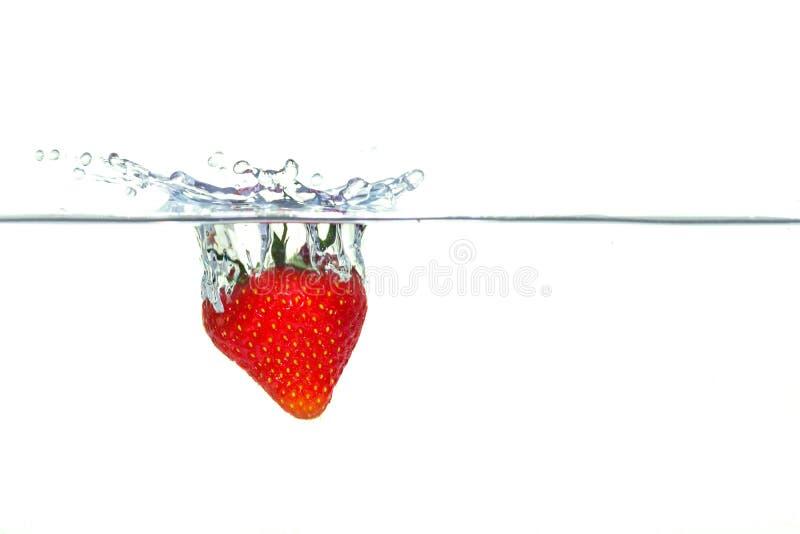 Клубника падая в воду с выплеском стоковое фото rf