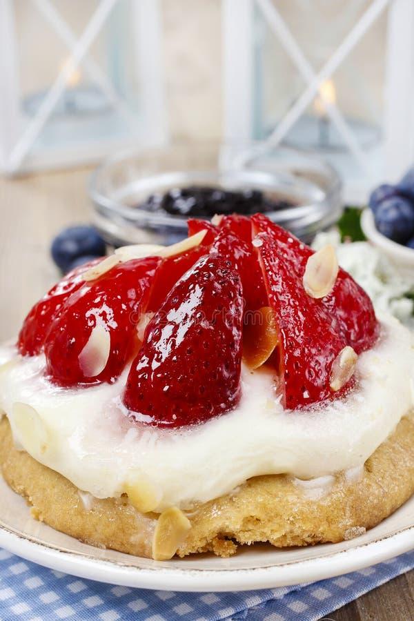 Download клубника торта вкусная стоковое изображение. изображение насчитывающей cookbook - 40588787
