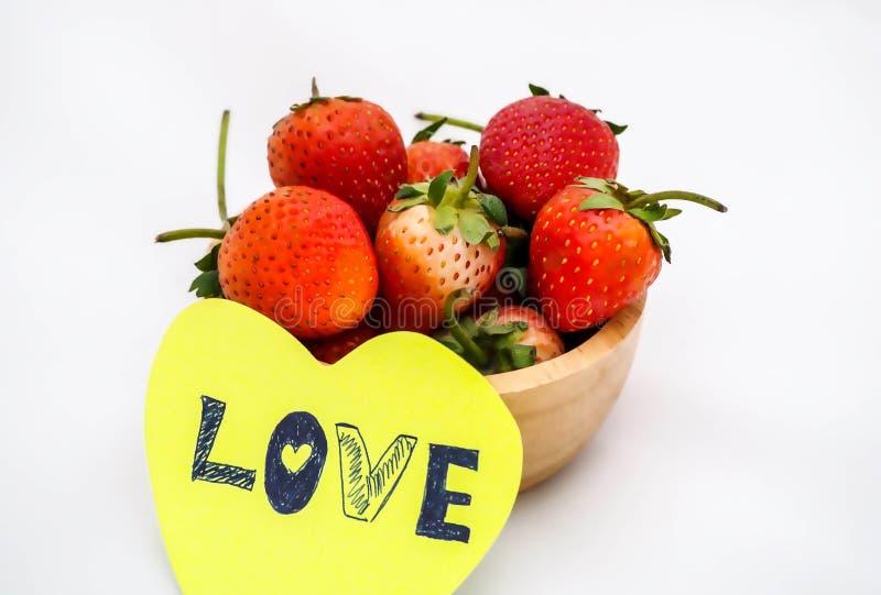 Клубники в деревянном шаре с примечанием влюбленности стоковое фото rf