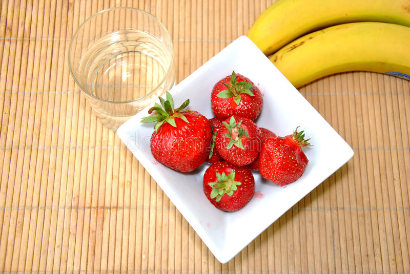 Download Клубники & десерт бананов стоковое изображение. изображение насчитывающей плодоовощ - 41653379