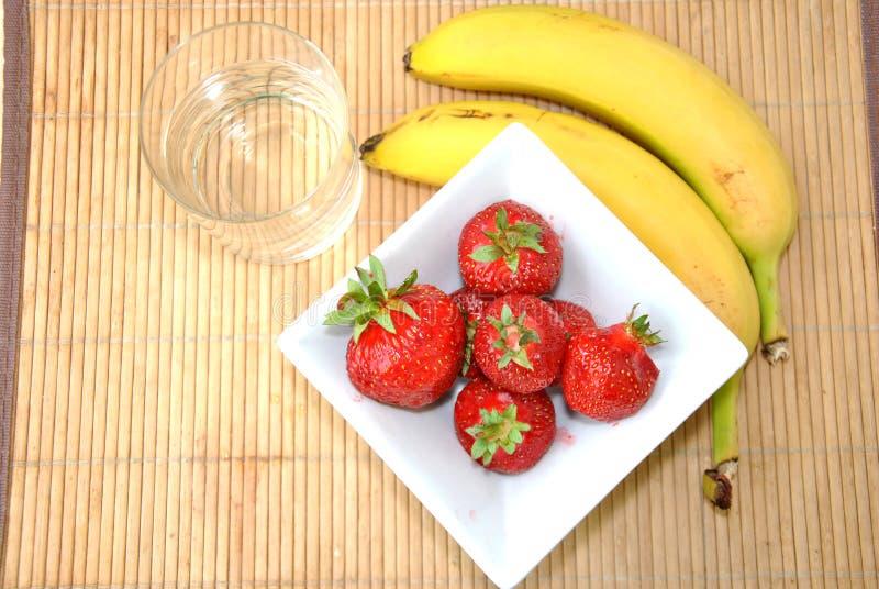 Download Клубники & десерт бананов стоковое фото. изображение насчитывающей дом - 41653556