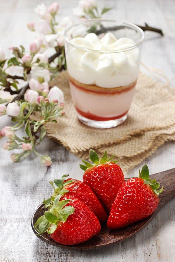 Download Клубники на деревянной ложке Стоковое Изображение - изображение насчитывающей ягод, деликатность: 40587625