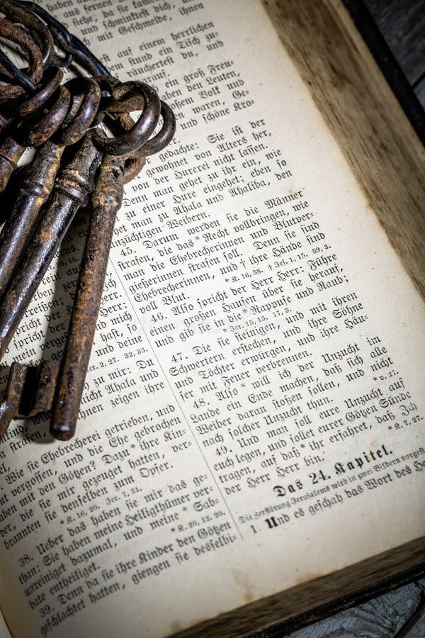 Ключевой пук с библией стоковая фотография