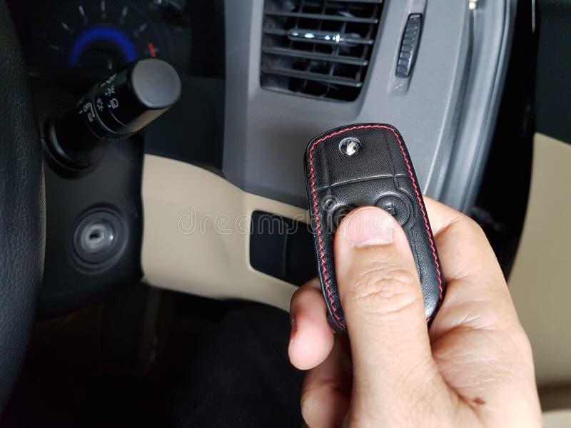 Ключ автомобиля владением человека стоковое изображение