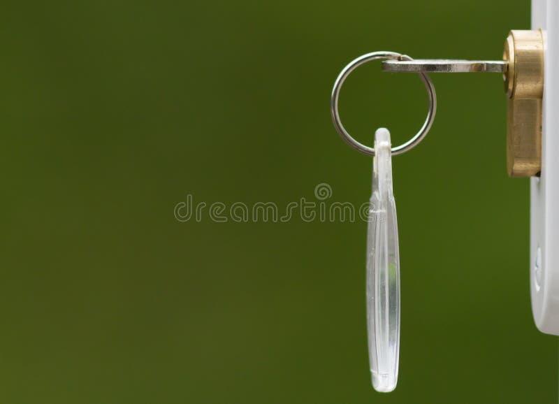 Ключ в двери стоковая фотография rf