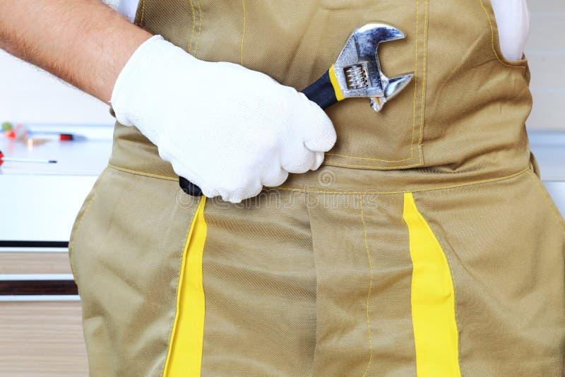 Ключ в крупном плане руки работника стоковая фотография rf
