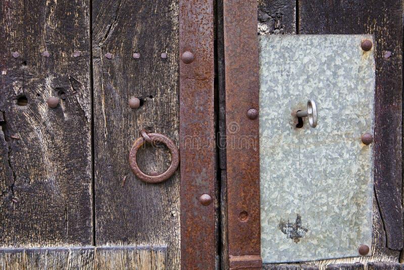 Ключ в старой двери стоковая фотография