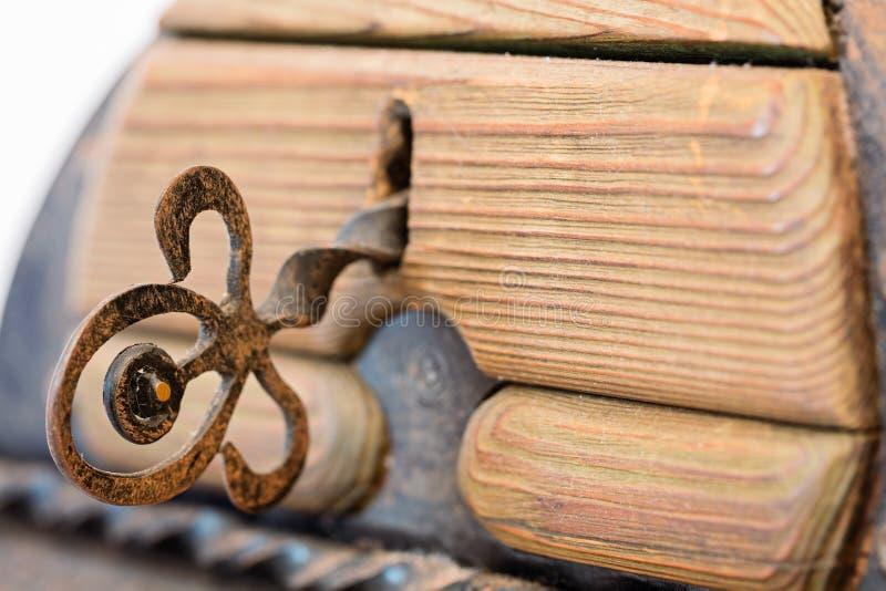 Download Ключ в старом деревянном хоботе с элементами металла на белом ба Стоковое Фото - изображение насчитывающей бело, закрыто: 81811396