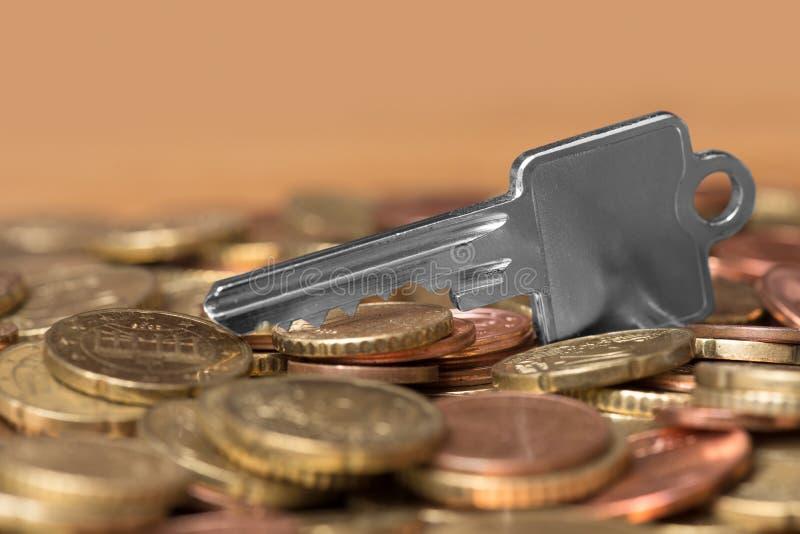 Ключ денег и дома стоковые изображения