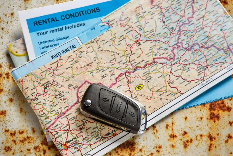 Ключ, карта и договор об аренде автомобиля удаленный стоковые фото