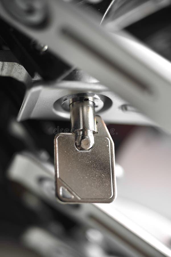 Ключ от шкафа сервера стоковая фотография rf