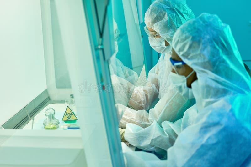 Лаборатория биотехнологии с работниками стоковые фотографии rf