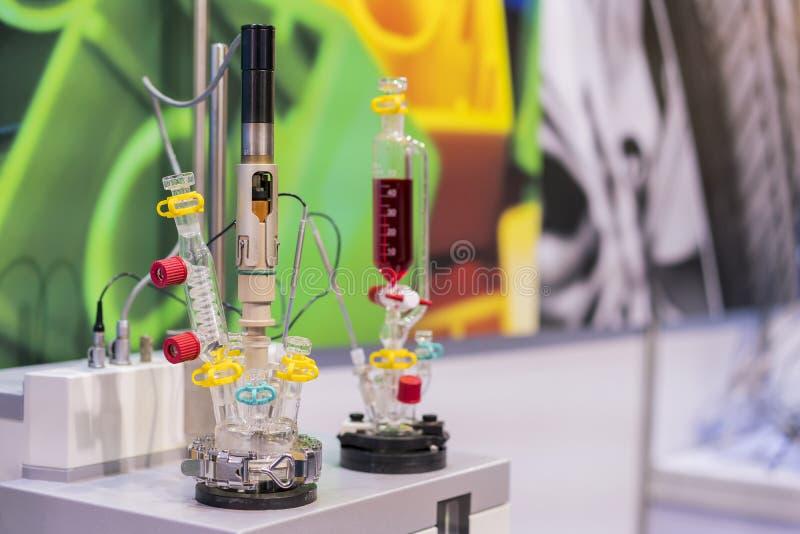 Лаборатория оборудования установила частичной дистилляции процесса для контрольного анализа или исследования элемента для химичес стоковое изображение