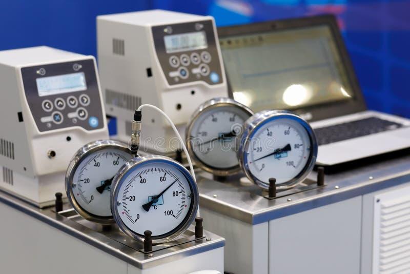 Лабораторное оборудование с датчиками термометра стоковые изображения rf