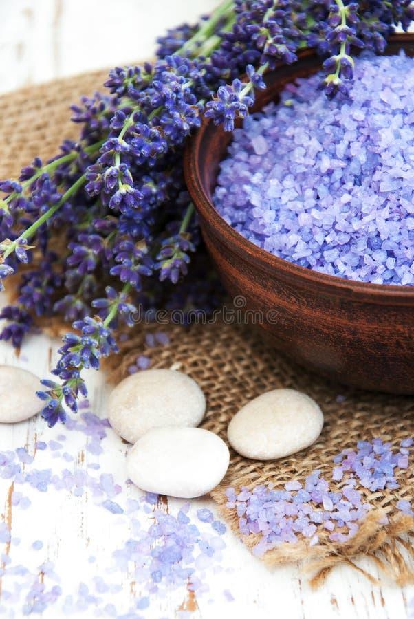 Лаванда и соль массажа стоковая фотография rf