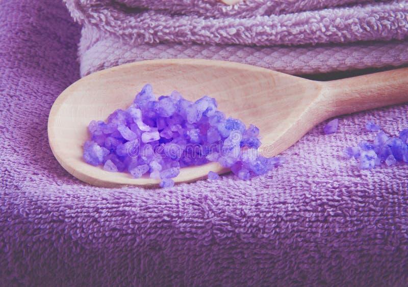 Лаванда душила соль для принятия ванны purpe в деревянной ложке стоковые изображения