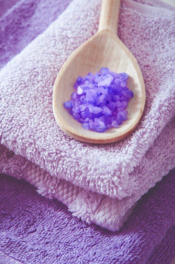Лаванда душила соль для принятия ванны purplr в деревянной ложке стоковая фотография