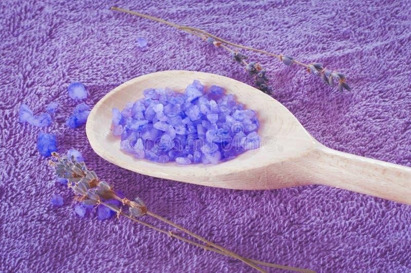 Лаванда душила фиолетовую соль для принятия ванны в деревянной ложке стоковые изображения rf