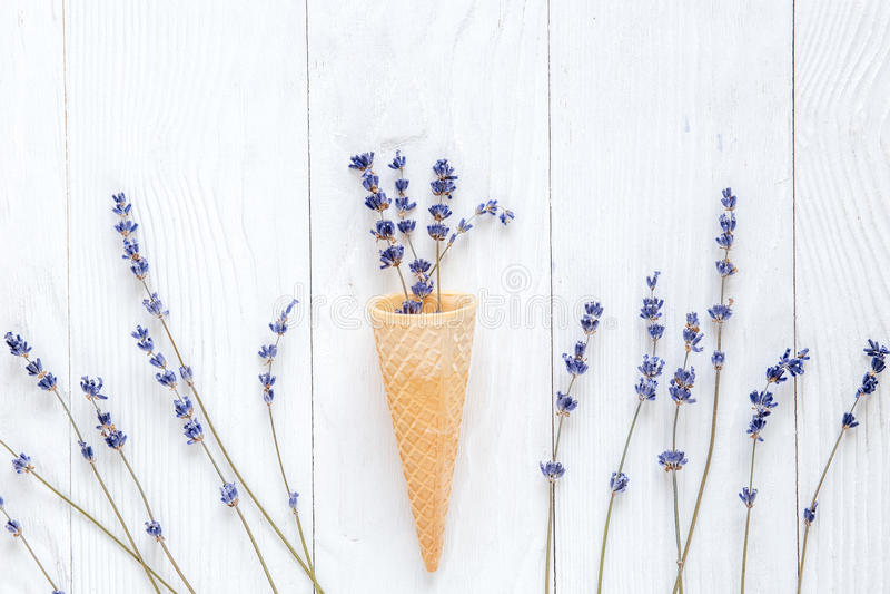 Лаванда цветет с модель-макетом конуса waffle на белом взгляд сверху предпосылки стола стоковое фото rf