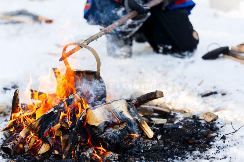 Лагерный костер в лесе зимы стоковые изображения rf