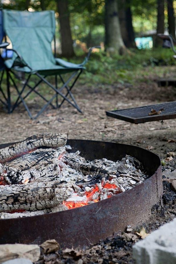 Лагерный костер в кольце огня металла стоковое изображение
