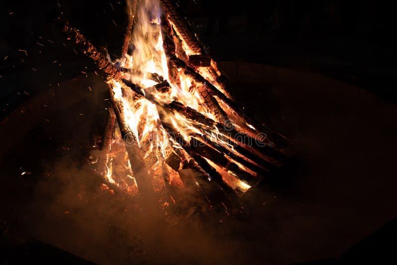 Лагерный костер в ночи в располагаться лагерем стоковые изображения