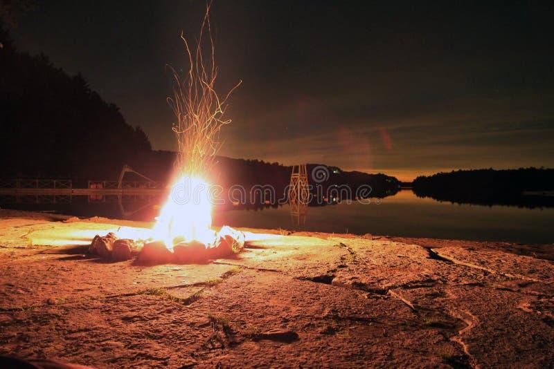 Лагерный костер лета стоковая фотография rf