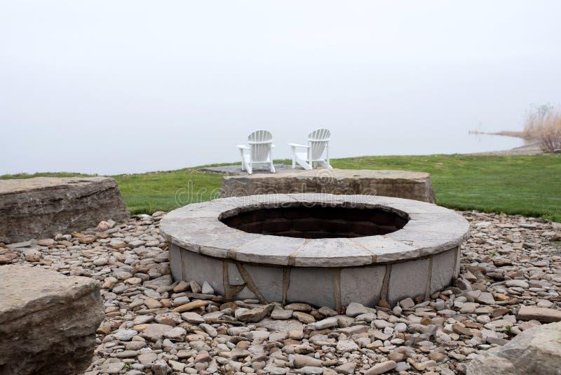 Лагерный костер на береге крупного плана озера стоковое фото rf