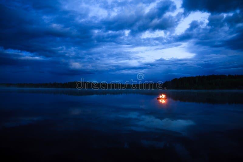 Лагерный костер на озере стоковое изображение rf