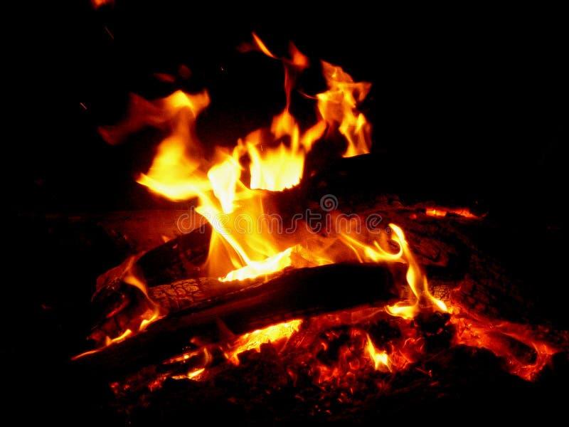 Download лагерный костер стоковое изображение. изображение насчитывающей тепло - 489871