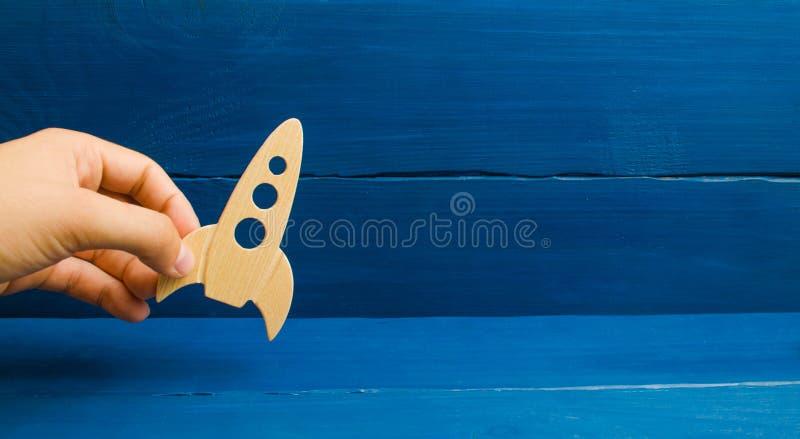 Лагерь космоса деревянное предпосылки голубое Тренировка, игра Ракета в концепции руки Развитие космического пространства стоковые изображения rf