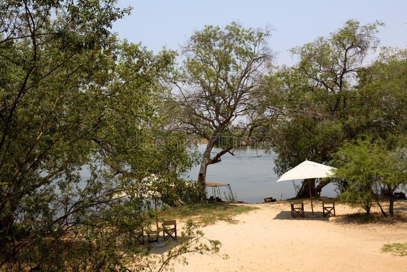 Лагерь рыболова около реки в Африке стоковая фотография rf