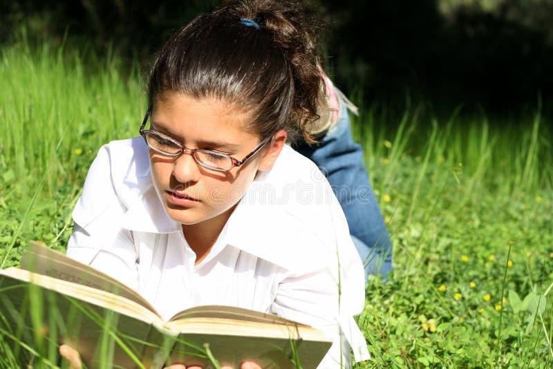 лагерь outdoors читая лето стоковое фото