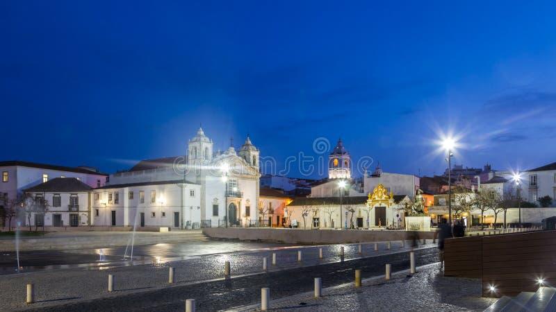 Лагос, Португалия - 18-ое апреля 2017: Городская площадь взгляда ночи  стоковые изображения rf