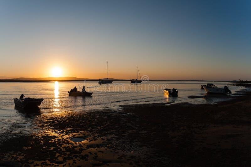 Лагуна захода солнца шлюпки рыболовов стоковые фото