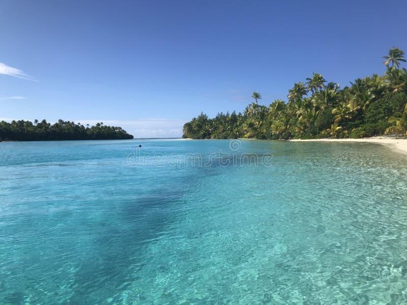 Лагуна Aitutaki - один остров ноги стоковое изображение