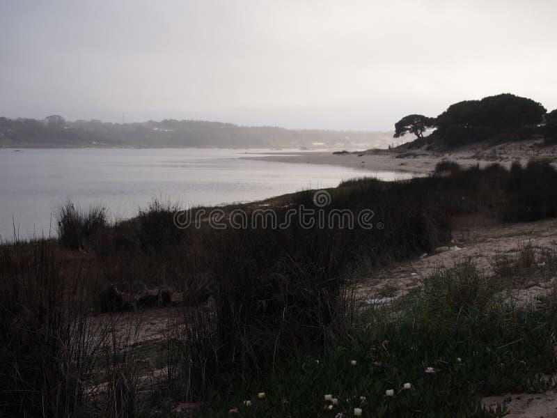 Лагуна Lagoa de Albufeira Albufeira, природный заповедник в Косте da Caparica, Португалии стоковое фото rf