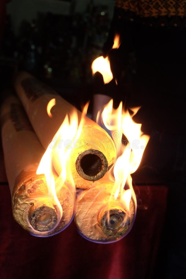 Ладан горя на виске стоковая фотография