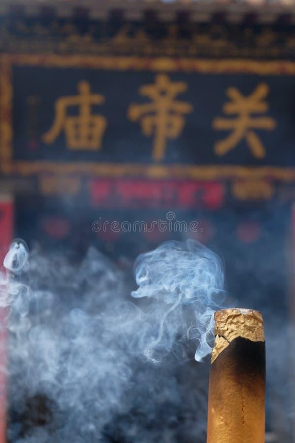 Ладан горя на виске стоковое фото