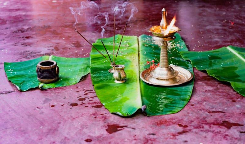 Ладан и пламя подготовлены на листьях банана как предлагающ для стоковые фотографии rf