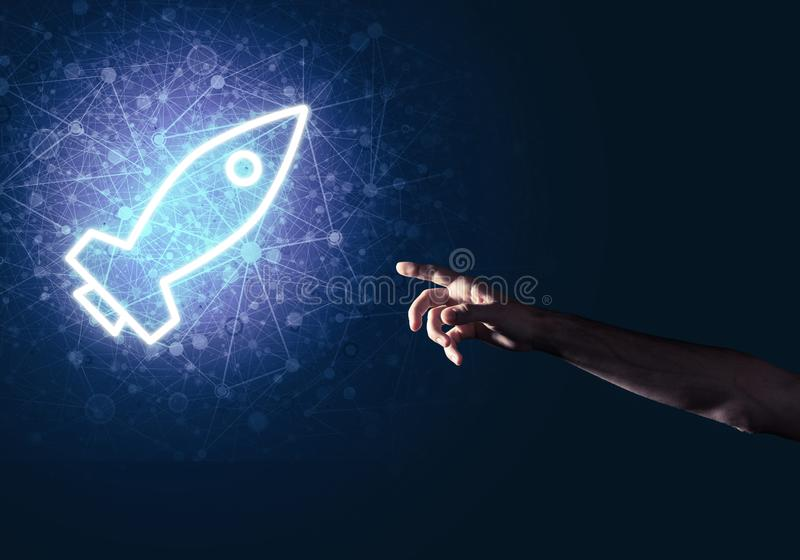 Ладонь человека представляя значок сети Ракеты как концепция технологии стоковое фото