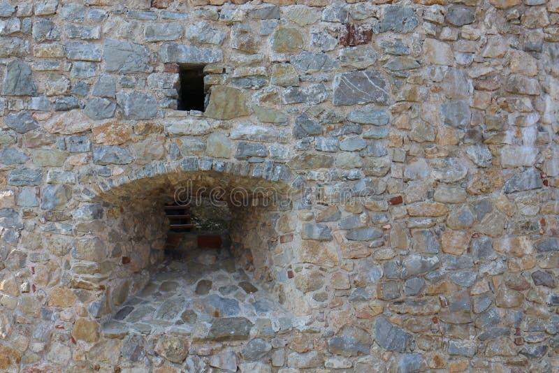 Лазейка в стене замка  BranÄ, pahorkatina ¡ Myjavskà стоковое изображение