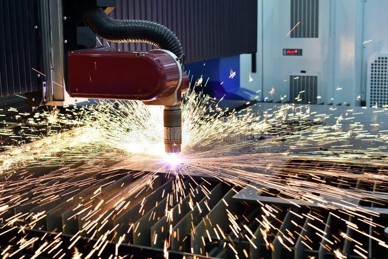 Лазер или механическая обработка вырезывания плазмы с искрами стоковое фото rf