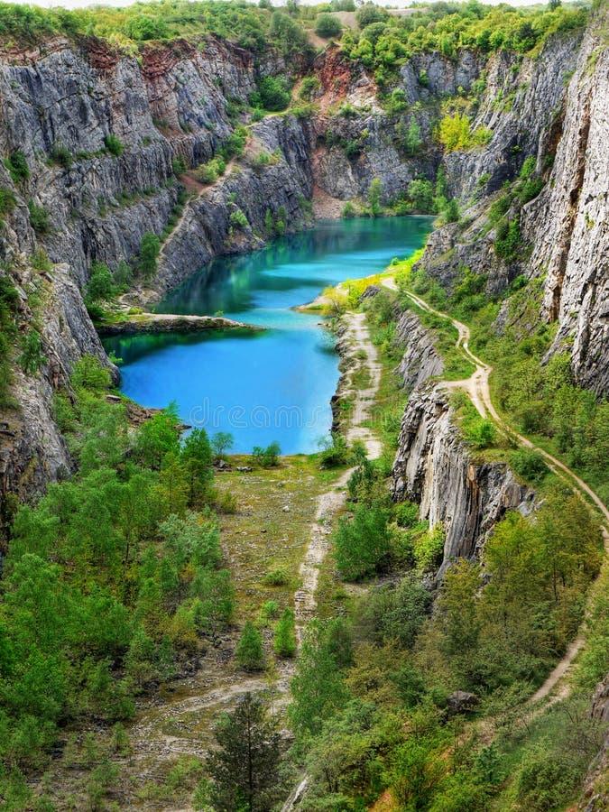 Лазурное голубое озеро, карьер известняка стоковые изображения