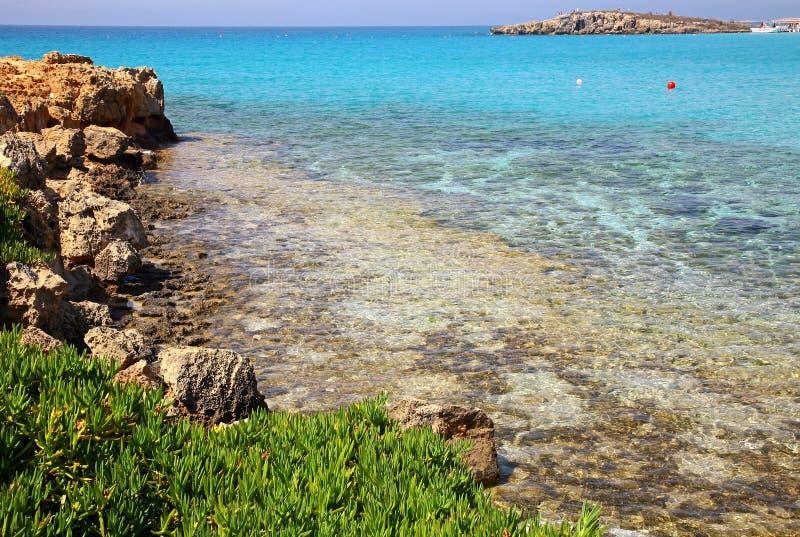 Лазурное море на пляже Nissi в Ayia Napa Кипре стоковая фотография