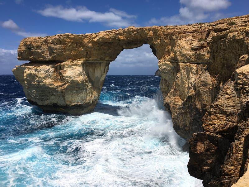 Лазурное окно в форме естественного свода известковой скалы в Средиземном море стоковые изображения
