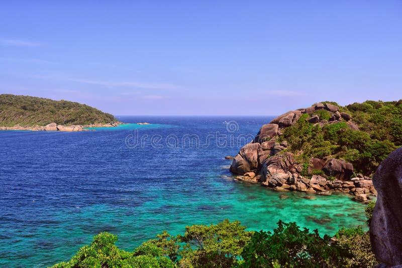 Лазурные море и скалы с деревьями, осматривают сверху стоковая фотография